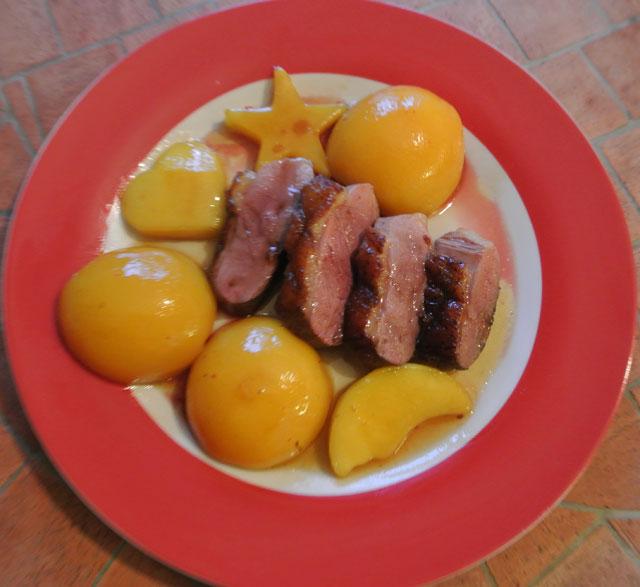 Magrets de canard aux mangues, pêches et miel
